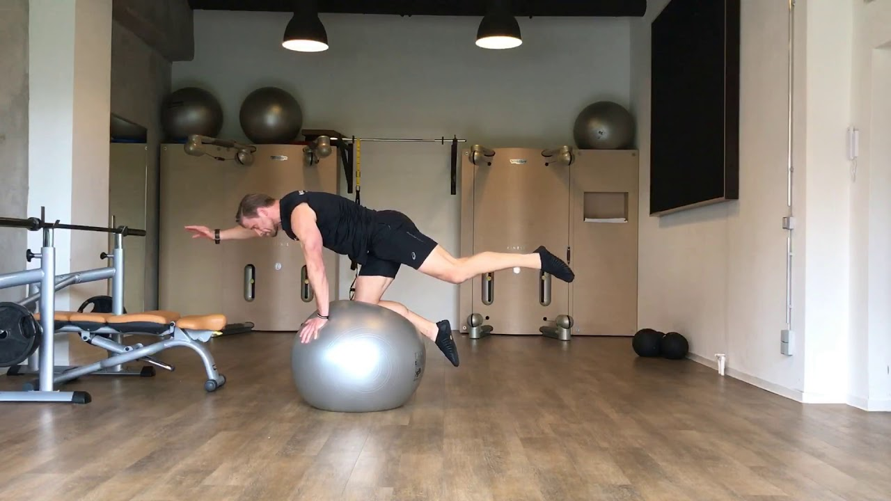 Raphael Jesse from Trainingslager - core exercise with Pezziball